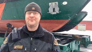 Sjöbevakare Kim Pettersson framför deras båtar.