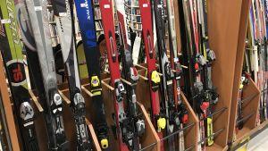 Slalomskidor till salu i återvinningscentralen.