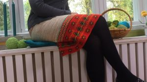 Kvinna klädd i kjol sitter ner.