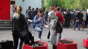 Unga människor samlade utanför ett teaterhus i Mosva i protest mot att teaterchefen har gripits av polisen
