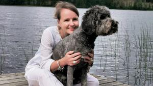 Minka Kallio koiransa kanssa.