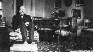 """Författaren Gunnar Ekelöfs far Gerhard Ekelöf led av syfilis och satt därför på handdukar, omkring 1915. Bilden ligger till grund för Gunnar Ekelöfs novell """"Ett fotografi""""."""