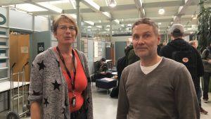 Annika Glader är projektledare på Yrkeshögskolan Novia i Vasa. Bredvid henne står Leif Östman, överlärare i byggnadsteknik.