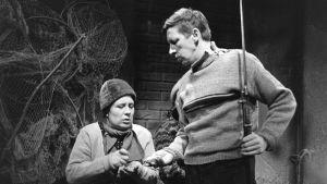 Näyttelijät Ritva Valkama (Martta) ja Veijo Pasanen (Lennu) tv-draamassa Lennu (1967).