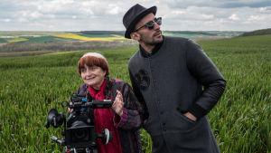 Agnès Varda ja JR kuvauksissa pellolla. Kuva elokuvasta Kasvot, kylät.