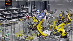 Svetsrobotar gör Porsche Macan på nya fabriken i Leipzig, Tyskland