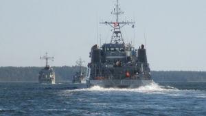Fartyg av olika slag kan också ses till havs, som här på Erstan på torsdagen.