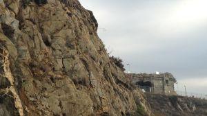 klippa och ett gammalt till hälften raserat fort i södra Spanien