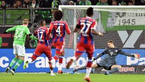 Kevin de Bruyne prickar in 3-0 bakom Manuel Neuer.