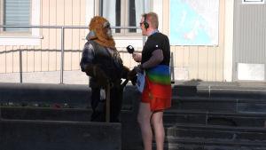 Radio Suomen toimittaja Jari Vesa haastattelee Kemin rautatieasemalla.