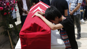 Släktingar till ett av dödsoffren för terrordådet på Istanbuls flygplats deltar i begravningen 30.6.2016