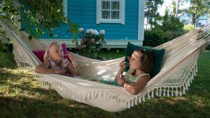 Onneli (Aava Merikanto) ja Anneli (Lilja Lehtio) puhaltelevat saippuakuplia riippumatossa