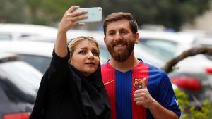 Reza Parastesh, ser ut som messi och tar en selfie.