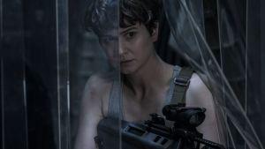 Daniels (Katherine Waterstone) siktar med sitt vapen genom en plastduk.