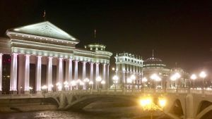 Nyklassicistiska fasader i nattbelysning som en del av Skopje 2014