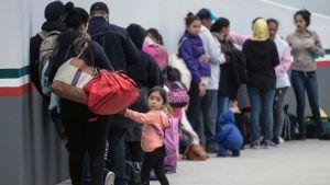 Migrantfamiljer köade vid en gränsövergång mot USA i Tijuana, Mexiko den 21 juni.