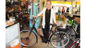 Susanne Westerholm i Virkby sportaffär visar en elcykel.