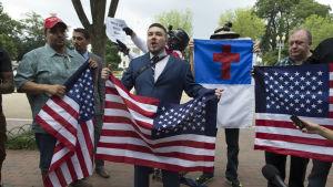 Demonstrationen för vit överhöghet organiserades av Jason Keller ( i mitten) som också sammankallade extremhögern våldsamma demonstrationen i Charlottesville