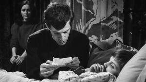 Jean-Paul Belmondo pappina elokuvassa Kiusaus.
