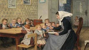 Målning av barn i en matsal som äter med skedar från sina tallrikar. I förgrunden en kvinna som matar ett av barnen med sked.