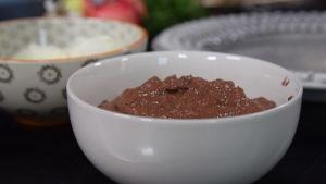 En skål med pesto gjord av rödbetornas blast.