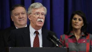 USA:s nationelle säkerhetsrådgivare John Bolton (i förgrunden), utrikesminister Mike Pompeo och USA:s FN-ambassadör Nikki Haley under en presskonferens i New York inför öppningen av FN:s generalförsamling.