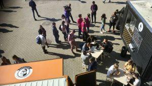 Ungdomar i Litauen vid en mobil restaurangbil