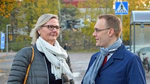 Laila Andersson och Oscar taimitarha poserar med höstlöv i bakgrunden..
