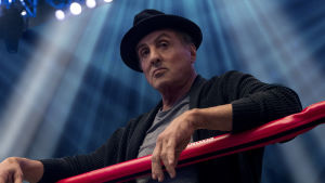 Sylvester Stallone poserar vid boxningsringen.