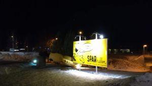 En stor reklamgubbe har fallit utanför ett av köpcentren på Åland.