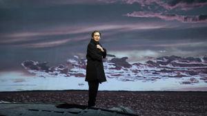 Jenny Carlstedt som Irina Gyllen i operan Jää (Is).