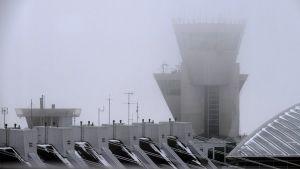 Flygledningstornet på Helsingfors-Vanda flygplats, omgivet av dimma.