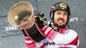 Marcel Hirscher firar sin storslalomseger i Adelboden i mitten av januari 2019.