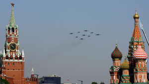 Venäjän armeijan lentokoneet lentävät Kremlin Spasskayan tornin ohitse Venäjän voitonpäivänä