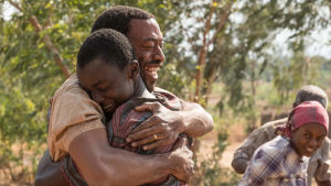 Chiwetel Ejiofor och Maxwell Simba i filmen The Boy who Harnessed the Wind.