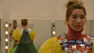 Sofia Liukko klädd i en kostym av återanvänt material.