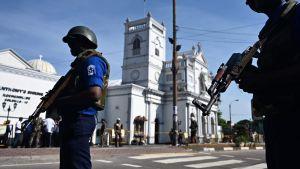 Kyrkan St Anthony bevakades av beväpnade säkerhetsstyrkor på måndagen.