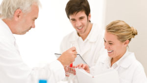 glada kolleger i ett laboratorium