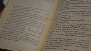 En bok som är uppslagen har många gulbruna fläckar, så den är avskriven