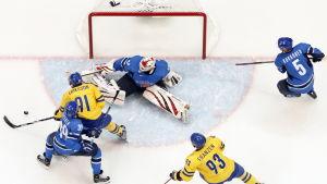 Loui Eriksson gör mål mot Finland.