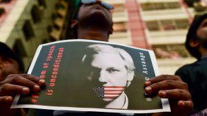 En aktivist under en demonstration för Assange i Dhaka i april 2019.