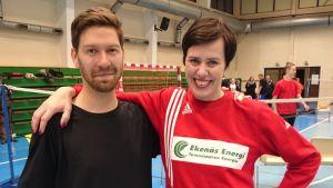 Maarit Feldt-Ranta på handbollsplanen tillsammans med Svenska Yles Jonas Sundström.