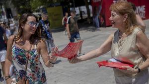 En kvinna tackar nej till en valbroschyr.