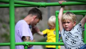 Johanna Bäcklunds barn Alfons och Vilhelm leker med pappan Pontus.