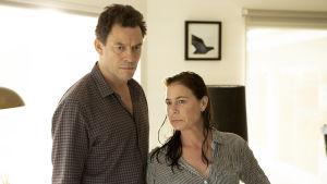 På bilden syns de frånskilda Noah Solloway spelad av Dominic West och Helen spelad av Maura Tierney.