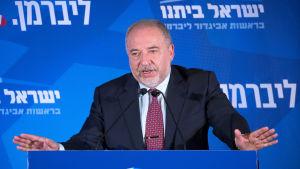Avigdor Lieberman talar till sina anhängare på en valvaka i Jerusalem på tisdagen den 17