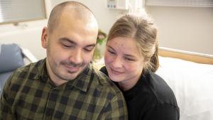 Ville Viklund ja Eeva Kauppi katsovat puhelinta Tyksin osastolla.