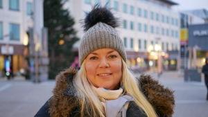 Kvinna med vinterkläder på Rovaniemi torg