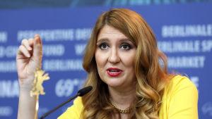 Andrea Chalupa under mötet med pressen i Berlin.