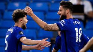 Olivier Giroud och Jorginho jublar efter Chelseas mål mot Norwich.